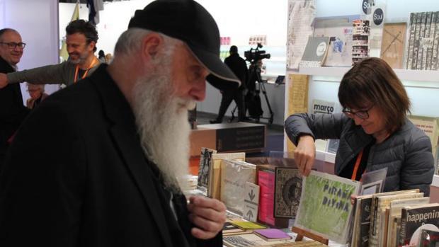 Visitantes observan los artículos de varios estands de ArtsLibris