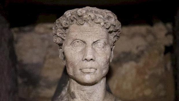 Una estatua de las catacumbas de Alejandría