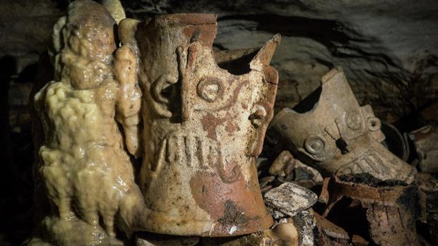 Algunos de los objetos cerámicos hallados en la cueva de Balamkú, en Chichén Itzá