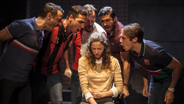 María Hervás, rodeada por Ignacio Mateos Raúl Prieto, Fran Cantos, Álex García y Martiño Rivas