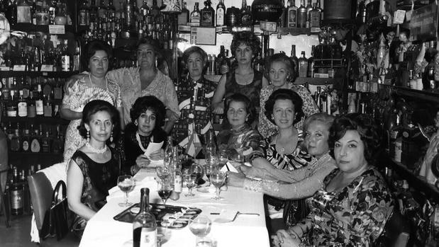 En el Bar Chicote de Madrid. De pie, de izquierda a derecha: Gloria Calvo, mujer sin identificar, Adelaida Las Santas, mujer sin identificar y Carolina D'Antin; sentadas: Felisa Sanz, María Paz Viloria, Marisa Chicote, Lola P. Quincoces, mujer sin identificar y Acacia Uceta