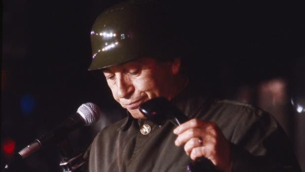 Miguel Gila interpretando a uno de sus más famosos personajes, el soldado