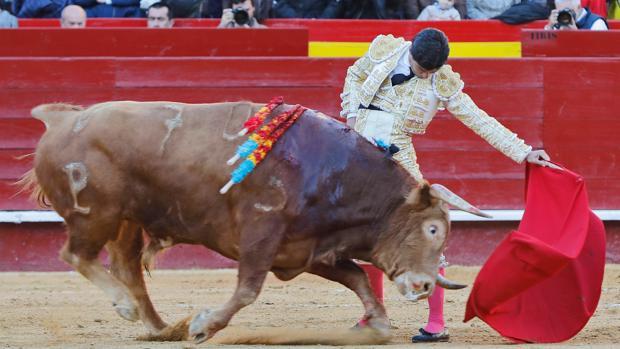 Pablo Aguado, al natural con el tercer toro