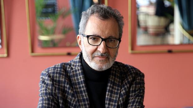 El escritor Eloy Tizón, poco antes de la entrevista, en Madrid