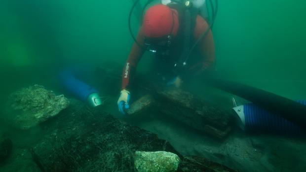 Un arqueólogo inspecciona la quilla del pecio descubierto en las aguas que rodean el puerto de Thonis Heracleio