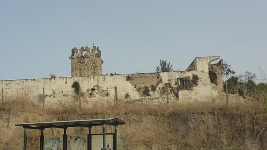 Reconstruyen una esquina del castillo de Torremelgarejo con chapa metálica