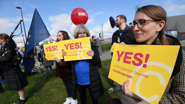 Manifestantes a favor de la directiva, este martes en Bruselas