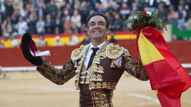 El Cid, emocionado con la bandera de España, en su despedida de Castellón