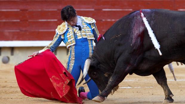 Andrés Roca Rey inicia de rodillas su faena al tercero de Juan Pedro Domecq