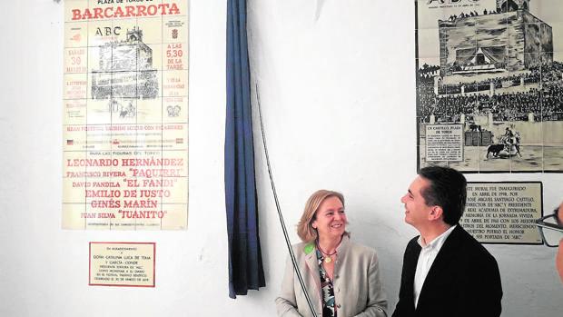 La presidenta editora de ABC, Catalina Luca de Tena, y el alcalde de Barcarrota, Alfonso Macias, junto a los azulejos en homenaje a nuestro diario