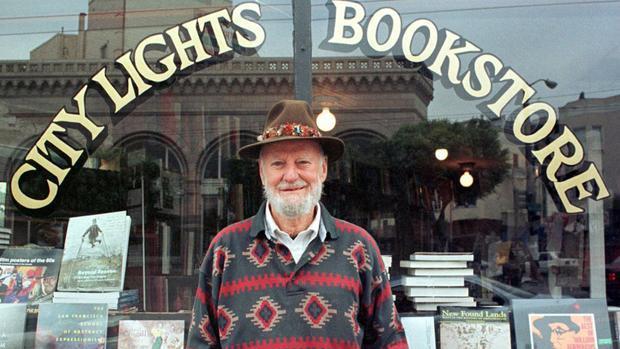 Lawrence Ferlinghetti, delante de la librería City Lights, que fundó en San Francisco en la década de 1950