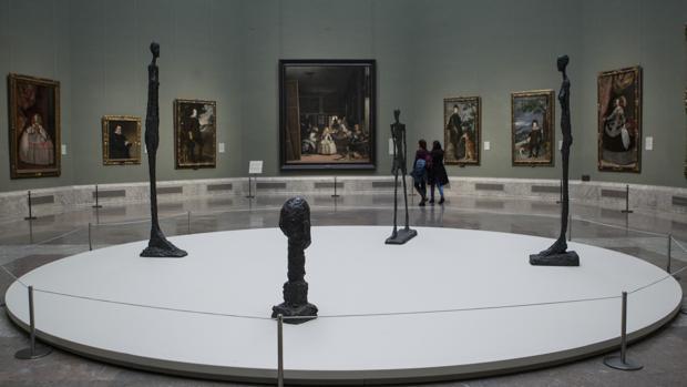 Cuatro esculturas de Giacometti, en la sala XII del Prado, con «Las Meninas» al fondo