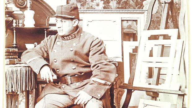 Pablo Picasso, vestido de soldado en una fotografía que le hizo George Braque