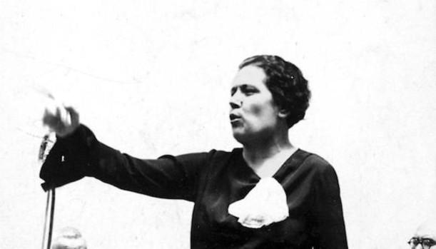 Victoria Kent durante un mitin