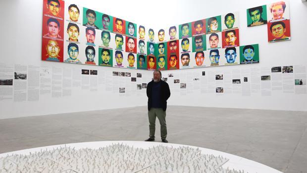 El artista chino Ai Weiwei posa al final de una rueda de prensa sobre su exposición «Restablecer Memorias»