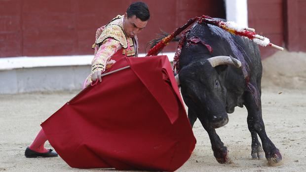 Octavio Chacón, en el inicio de faena al toro
