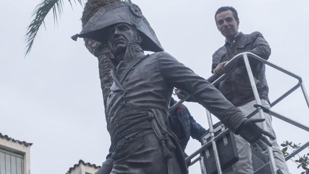 El escultor supervisa la instalación de la obra