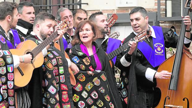 La vicepresidenta del Gobierno, Carmen Calvo, se atrevió a improvisar con la tuna de la Universidad de Alcalá de Henares