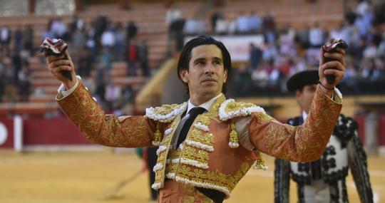 López Simón pasea las dos orejas del tercero