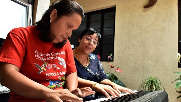 Isaura Margarita toca el piano junto a su madre