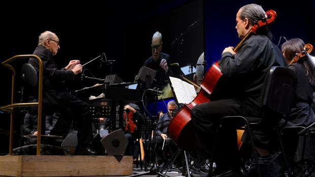 Ennio Morricone, dirigiendo a su orquesta durante el concierto del WiZink Center