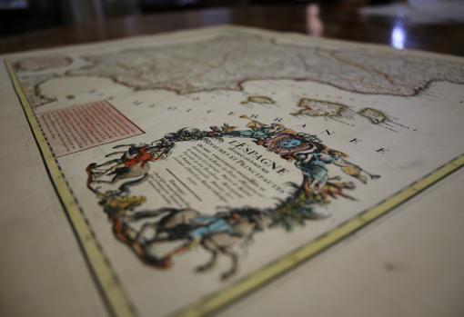La cornucopia con el título del mapa coronado por el escudo de Borbón