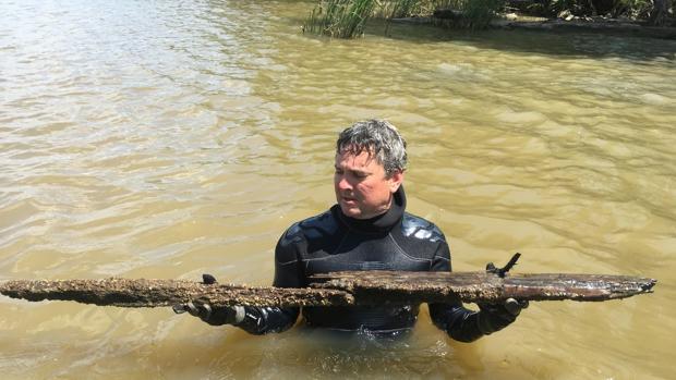 El periodista Ben Raines, con dos trozos del casco de «Clotilda»