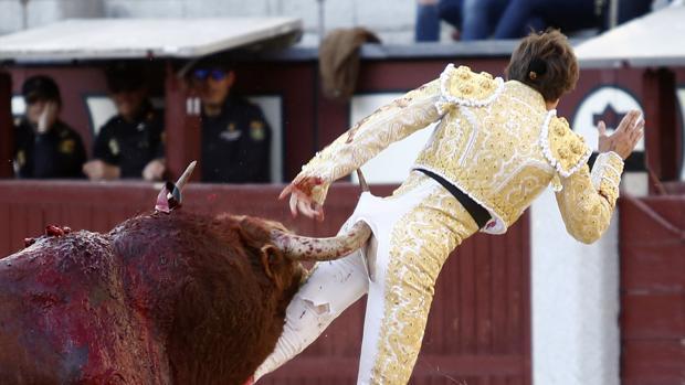 El tercero de Pedraza prende por el glúteo a Juan Leal