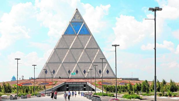 Una pirámide dentro de otra