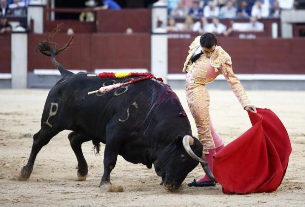 Paco Ureña, en un estupendo natural al quinto toro de Alcurrucén