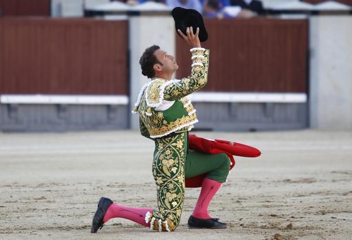 Ferrera, rodilla en tierra, brinda al cielo la faena de las pasiones desatadas