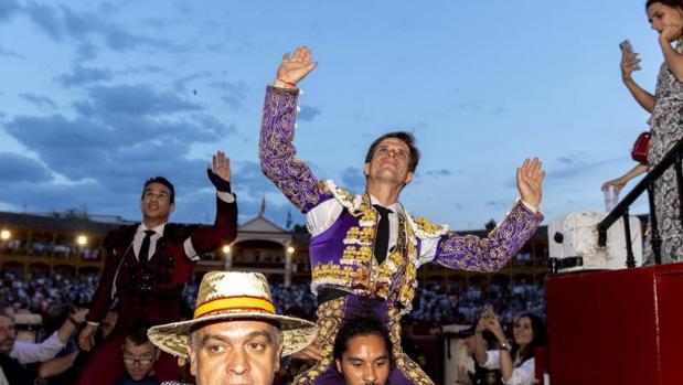 Los diestros José María Manzanares y Julián López «El Juli» salen por la puerta grande tras la corrida de la Feria de San Fernando celebrada esta tarde en la plaza de toros de Aranjuez