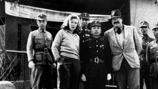 Martha Gellhorn y Ernest Heminway en Asia en 1943