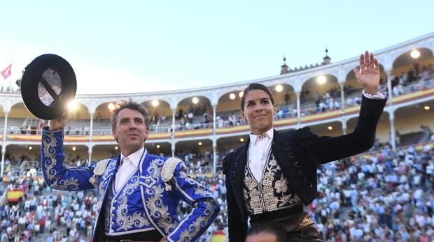 Pablo Hermoso de Mendoza y Lea Vicens salen a hombros. Foto: Julián López