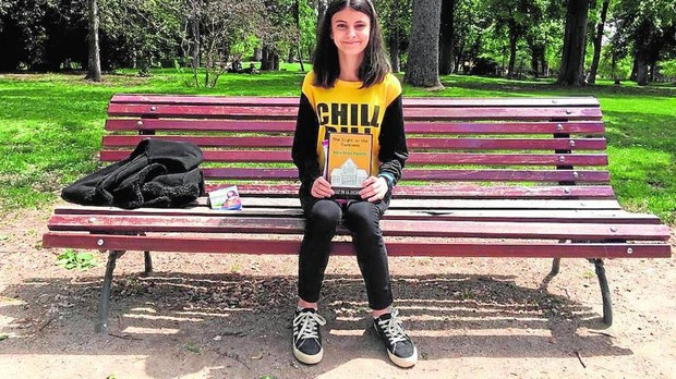 Kaira Pérez Aguada con su último libro en El Retiro