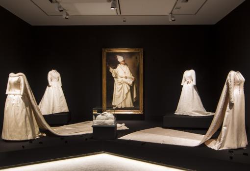 Uno de los monjes mercedarios de Zurbarán y dos vestidos de novia de Balenciaga para la Historia. A la izquierda, el de la Reina Fabiola de los Belgas. A la derecha, el de Carmen Martínez-Bordiú