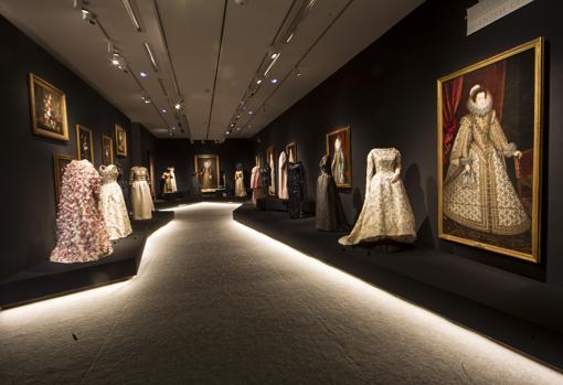 Flores y bordados, tanto en pinturas de la Escuela Española como en trajes de Balenciaga