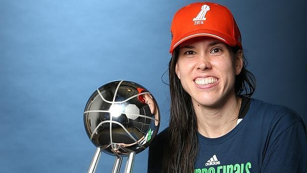 Anna Cruz, con el trofeo de campeón de la WNBA