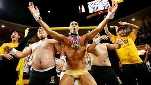 Michael Phelps se desnuda para distraer a un jugador de baloncesto