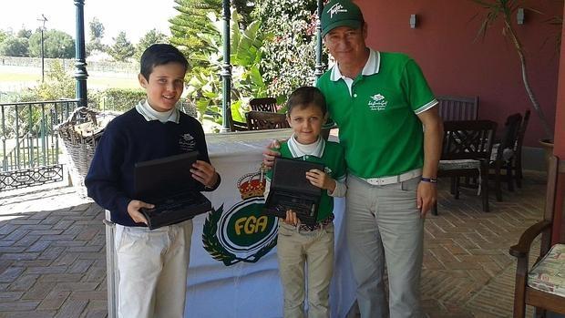 Yago, en el centro, con su hermano y su entrenador