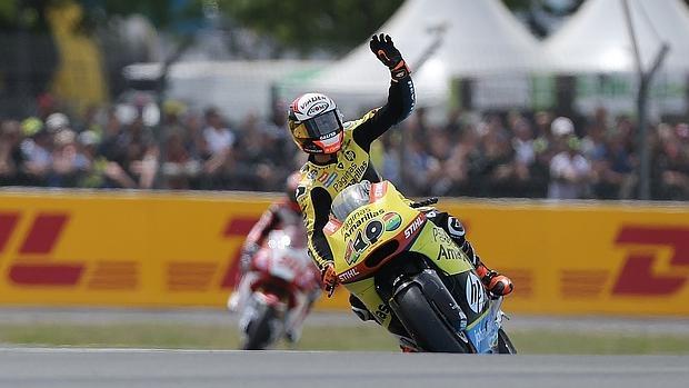 Álex Rins celebra su victoria en el GP de Francia