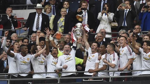 Los jugadores del Manchester United celebran la conquista de la FA Cup
