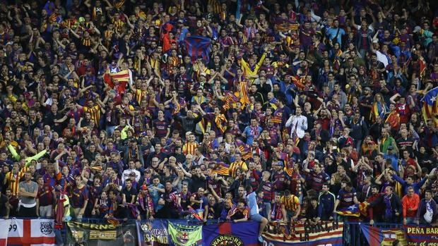 Aficionados del Barcelona, en las gradas del Vicente Calderón