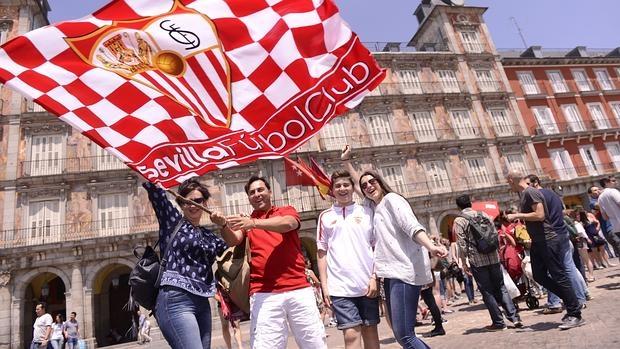 Aficionados del Sevilla este sábado en la Plaza Mayor madrileña