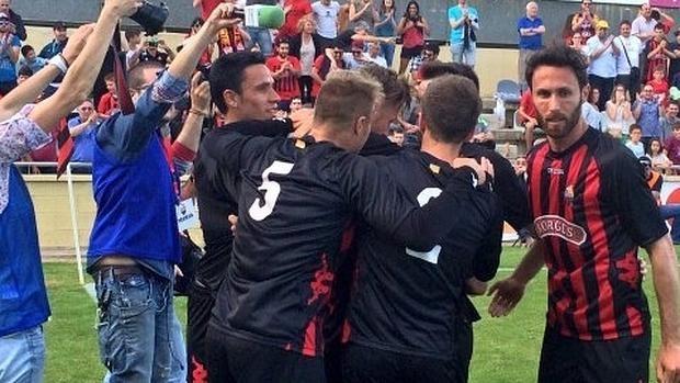Los jugadores del Reus celebran el ascenso a Segunda división