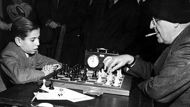 En Londres, en 1946, Arturito Pomar juega contra el ruso Ossip Bernstein