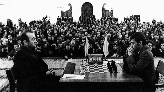 Korchnoi (a la izquierda) y Karpov se disputaron en 1974 el derecho a enfrentarse al campeón del mundo, Bobby Fischer