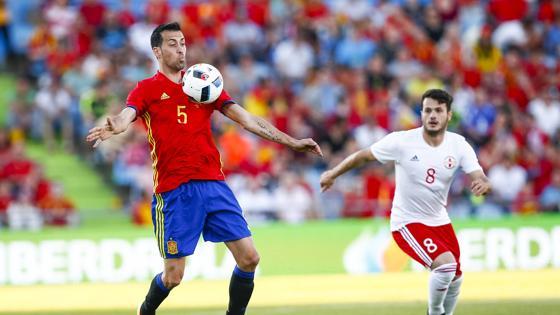 Sergio Busquets lleva el control del partido en el centro del campo