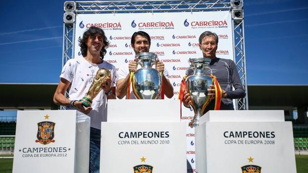 Amavisca, De la red y «Lobo» Carrasco posan con los trofeos ganados por España
