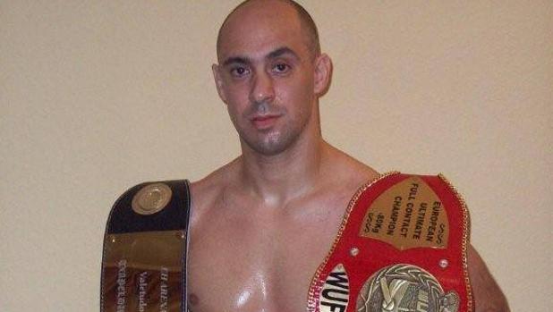 Manu García posa con dos cinturones de campeón